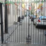 ворота, ведущие в переулок отеля