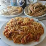 Spaghetti with prawns, red mullet and fried fish with garlic sauce.
