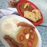 Hot cakes con tocino y huevos estrellados. Burro jax snax