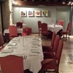 une salle de restaurant décoré avec gout