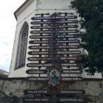 Wegweiser vor der Kirche