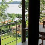 Aussicht über den Balkon (hier werden auf Wunsch auch Frühstück und Abendessen serviert) und den