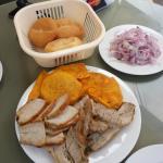 300 grs. de Chicharrón, con salsa criolla y el pan aparte.
