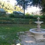 giardino e parcheggio sullo sfondo