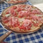 margarita und prosciutto pizza