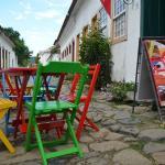 Vista das mesinhas coloridas na rua