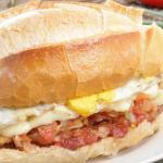 Pão com Linguiça, queijo e ovo.... uma delícia!