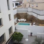 patio interior y piscina
