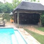 Bar mit Pool im Garten