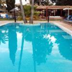 Bonita piscina y jardines