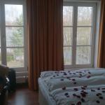 Zimmer mit großen Fenstern