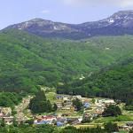 苗場山の麓との秋山郷集落