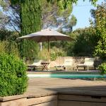 Le calme de la piscine sous le soleil provencal