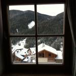 Risveglio con la neve fresca dalla finestra di cucina