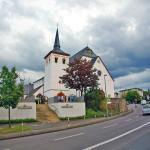 церковь поблизости (сам отель виднеется справа от церкви)
