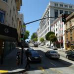 La rue en pente de l'établissement