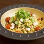 Fusilli alla Greca - esparrágo, alcachofa, champignones, tomate cherry quemado, queso feta y piñ