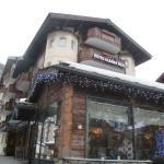 มี ร้านอาหารไทย อยู่ ด้านหน้าโรงแรม ที่พัก ด้วย ครับ