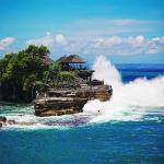 Каменный остров и волны