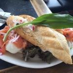 Baguete de salmão defumado com ovo