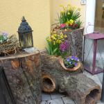 Die geschmackvolle Pflanzendekoration im romantischen Innenhof