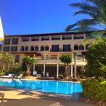 Blick vom Pool auf das Hotel