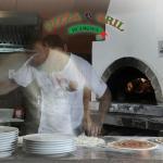pizza pečená v peci vykurovanej drevom
