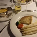Spargel mit Kräutercrepes, Sauce Hollandaise.