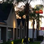 The front of the motel from the sidewalk of the frontage road