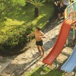 arena bermain dan taman disamping kolam renang