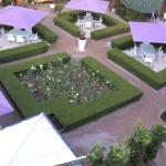 ホテル客室から中庭(カフェ&レストラン)を望む