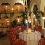 Dineren in grote binnenruimte. Alle kamers komen hier op uit.