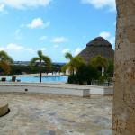 vista del lobby a las piscina