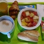 Un p'tit déjeuner simpleet de qualité avec une salade de fruits frais...