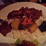 Rind und Huhn mit Curry bzw. Tomatensoße an Couscous, Reis bzw. auf Injera (Ssuerteigfladen)