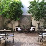 El patio central, precioso y muy tranquilo donde se escucha de fondo un chorro de agua...