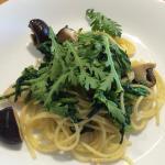 椎茸と春菊のパスタ。苦味が堪らなく美味しい。人数分取り分けてサーブして下さいます。