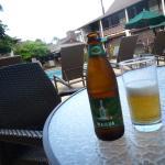 プールサイドで飲むビール