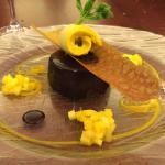 Entremet au chocolat noir, sorbet à la mangue