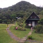 Cabaña con cerro detrás