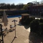 Binnenplaats met buiten zwembad en aangrenzende spa