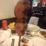 Мясо режут в тарелку