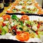 Deliciosas ensaladas elaboradas con productos locales