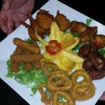 Unos de los samples anillas de calamar camarones empanados carne frita y mozarela