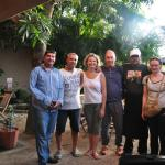 Les responsables de l'hôtel, le chef cuisinier et les heureux vacanciers