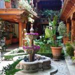 Fuente de cantera y Corredores con Arquería colonial mexicana