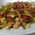 wok,s de verduras salteadas con pollo y tallarines