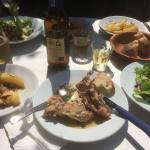 Coniglio con insalata mista e patate di forno