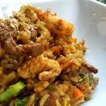 Arroz con curry, lomito y camarones