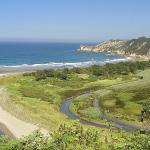 La zona está rodeada de rutas, sendas, pueblos, villas, puertos y playas vírgenes.
